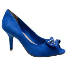 Scarpin Peep Toe Via Marte Microfibra Azul Klein. Tope azul com aplicação de tachas douradas. Forro em jérsei azul, palmilha bege, debrum da...