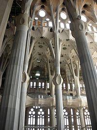 Dotado de una fuerte intuición y capacidad creativa, Gaudí concebía sus edificios de una forma global, atendiendo tanto a las soluciones estructurales como las funcionales y decorativas. Estudiaba hasta el más mínimo detalle de sus creaciones, integrando en la arquitectura toda una serie de trabajos artesanales que dominaba él mismo a la perfección: cerámica, vidriería, forja de hierro, carpintería, etc