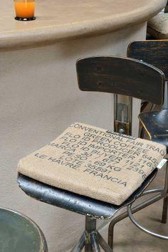 100% toile de jute de sacs de café recyclés. 2 liens de fixation. Impression d'origine des sacs. Rembourrage: carré de mousse Made in Nantes. Dimensions : 35X35cm