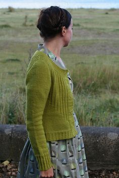 Ravelry: Deco cardigan pattern by Kate Davies Cardigan Pattern, Knit Cardigan, Green Cardigan, Ravelry, Diy Kleidung, Look Vintage, How To Purl Knit, Looks Cool, Knitting Projects