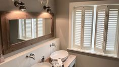 Shutters Interior Shutters Interior shutters Shutters mounting Jasno Shutters Country Bathroom Bathroom New England style New England style Bad Styling, Desk And Chair Set, Window Privacy, Interior Shutters, Beach Bathrooms, New England Style, House Windows, Colorful Curtains, Moving House