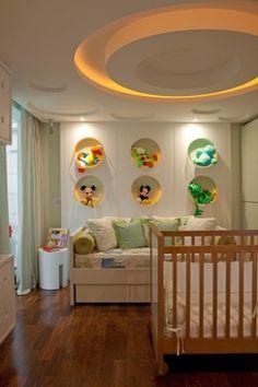Para dar maior movimento ao quarto infantil e compor com os nichos circulares junto à parede de fundo, o designer Fernando Piva replicou o elemento gráfico no forro de gesso, que também acopla a iluminação