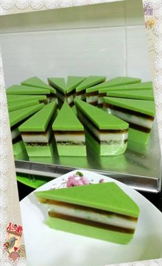 Singapore Home Cooks: Chendol & Gula Melaka Layer Pudding Cake by May Chong – Lace Wedding Cake Ideas Asian Snacks, Asian Desserts, Agar Agar Jelly, Jelly Cream, Watermelon Cake, Steamed Cake, Jelly Cake, Food Wishes, Indonesian Cuisine