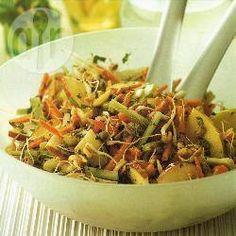 Zdjęcie do przepisu: Orientalna sałatka z kiełkami