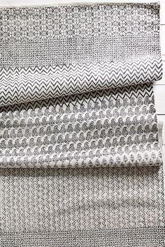 Käsinkudottu matto, jossa painettu kuvio. Puuvillaa. Pesu 40°. Pestävä erikseen. Koko 140x200 cm.<br><br>Saat lisäturvaa ja -mukavuutta, kun levität maton alle liukuestematon, joka pitää maton napakasti paikallaan. Elloksen valikoimassa on erikokoisia liukuestemattoja. <br><br>100% puuvillaa<br>Pesu 40°