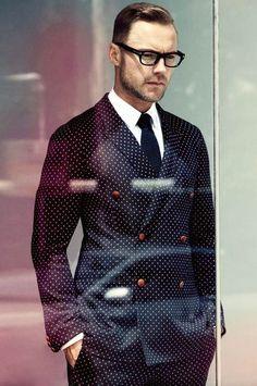 Den Look kaufen:  https://lookastic.de/herrenmode/wie-kombinieren/zweireiher-sakko-dunkelblaues-businesshemd-weisses-anzughose-dunkelblaue-krawatte-dunkelblaue/1741  — Dunkelblaue gepunktete Anzughose  — Dunkelblaues gepunktetes Zweireiher Sakko  — Weißes Businesshemd  — Dunkelblaue Strick Krawatte