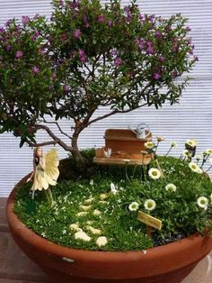 The variety of miniature plants in this miniature garden is really elaborate. An overgrown cemetery with wonderful bonsai trees. Beautiful miniature garden in a tree stump for a pod. A corner of the wild nature. Garden Terrarium, Succulents Garden, Garden Plants, Garden Trees, Balcony Garden, Terrarium Wedding, Corner Garden, Garden Deco, Succulent Planters