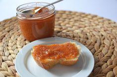 """Ebereschen-Birnen-Marmelade Wir haben nicht schlecht gestaunt, als uns eine Kundin ein Glas mit ihrer selbstgemachten Ebereschen-Birnen-Marmelade vorbeibrachte. Auch uns kam der Gedanke: """"Sind Ebereschen nicht Vogelbeeren? Die sind doch giftig?""""... #Einlochen #Einmachen #Marmelade #Rezept #Jam"""
