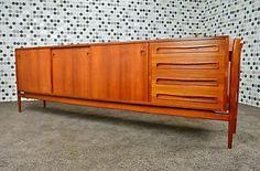 Enfilade Danoise en Teck Vintage 1960  Designer: Finn Juhl Made in Denmark  Référence: 13/0369    Elle ouvre par 3 portes, 4 tiroirs et 3 petits tiroirs cachés. L'enfilade est en parfait état.  Dimensions: Longueur 255 cm / Hauteur 82.5 cm / Profondeur 50 cm.