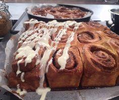Ρολά κανέλας με γλάσο cream cheese (Cinnamon rolls) Greek Desserts, Greek Recipes, Pecan Rolls, Cinnamon Rolls, Sweets Recipes, Cake Recipes, Yummy Food, Tasty, Food Categories