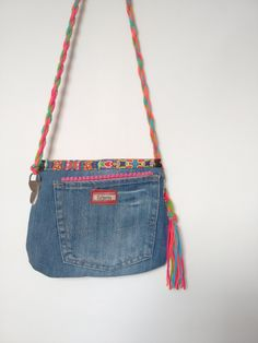 Bolsa forrada com bolso interno, alça regulável.