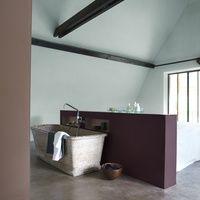Alles in deze badkamer ademt rust uit. Het intense 'mystiek paars' op de lage wand schept een tedere intimiteit. Hier kan je tot jezelf komen. Het plafond in subtiel 'rust' en de hoge wand links vooraan in 'aroma' versterken deze geborgenheid. Creëer ruimte, voor jezelf.