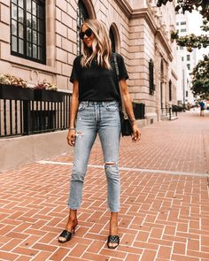 Blue Jeans Outfit Summer, Black Tshirt Outfit, Light Blue Jeans Outfit, Jeans Outfit For Work, Jeans And T Shirt Outfit, Blue Jean Outfits, Outfit Winter, Plain Black T Shirt, Black Shirt Blue Jeans