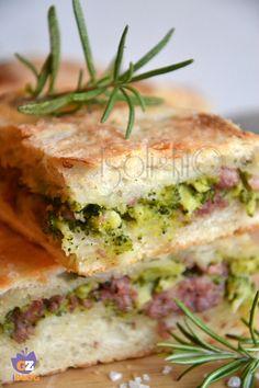 pizza con pasta madre ripiena con broccoli e salsiccia