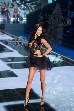 Adriana Lima http://www.vogue.fr/mode/news-mode/diaporama/le-defile-victoria-s-secret-2014-angels-show/21417/image/1117403