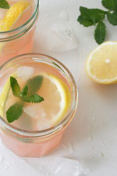 Einfacher und erfrischender Rhabarber-Eistee mit Zitrone und Minze - Kochkarussell.com