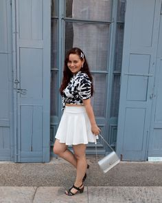 ROXANE - Style : A black&white outfit. Loving this black and white look with a crop top, a high waisted white skirt and black sandals. Also loving my Night&Day bag by De Marquet. Day Bag, Day For Night, White Outfits, White Skirts, Black Sandals, Skater Skirt, Shirts, Crop Tops, Black And White