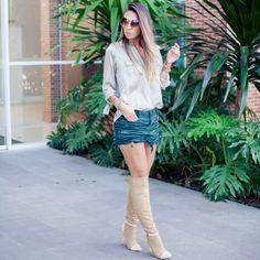 Militarismo - Look com saia jeans verde musgo , camisa feminina e bota over the knee