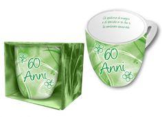 TAZZA DEDICA 60 ANNI. Tazza in ceramica con confezione in cartone: all'interno della tazza si trova una dedica a tema