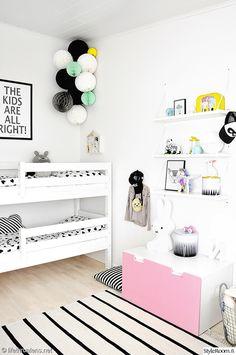 lastenhuone,moderni,kerrossänky,seinähylly,säilytys,säilytyskori,paperipallot,paperikoristeet,yövalo,lastenhuoneen valaisin,lastenhuoneen matto,matto,valkoinen,valoisa,raikas