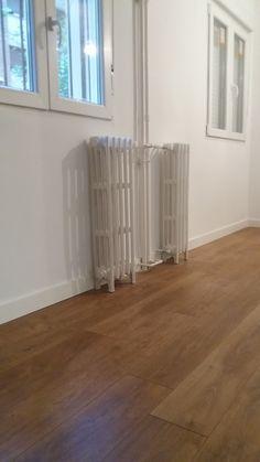 Rodapié melamínico blanco combinado con tarima de roble modelo a elegir y carpintería de PVC oscilobatiente color blanco