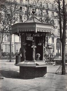 A kiosk for a street merchant on Square des Arts et Metiers Old Pictures, Old Photos, Vintage Photos, Antique Photos, Old Paris, Vintage Paris, Belle Epoque, Kiosk, Art Nouveau