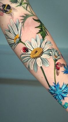 Realistic Flower Tattoo, Colorful Flower Tattoo, Daisy Flower Tattoos, Beautiful Flower Tattoos, Pretty Tattoos, Floral Tattoos, Colorful Feather Tattoos, Tattoos With Flowers, Floral Tattoo Sleeves