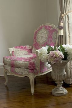 Love this chair! Shabby and Charm Shabby Chic Pink, Shabby Chic Decor, Decoration Baroque, Decoration Shabby, White Painted Furniture, French Furniture, Furniture Design, Chair Fabric, Take A Seat