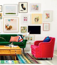 Sem-cerimônia, o verde do sofá de veludo (Room & Board) joga com o pink da poltrona, garimpada num brechó por Emily Henderson (@em_henderson) a fim de animar o estúdio da artista gráfica Joy Cho, em Los Angeles. #revistacasaclaudia #decoração #decor #decoration #casa #house #home #homedecor #colors #cores #design #pink #green #rosa #verde