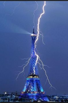 The Eiffel Tower getting struck by lightning! Sep 2011 -- When you think of it, the Eiffel Tower is kind of like a huge lightning rod. Cool Pictures, Cool Photos, Beautiful Pictures, Amazing Photos, Crazy Photos, Blue Pictures, Pictures Images, Nature Pictures, Images Cools