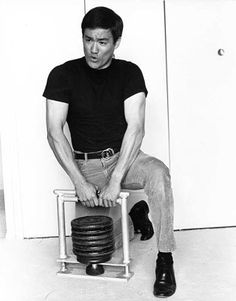 Bruce Lee - Innovator experimented with inventing exercise equipment strengthening his grip with this weight machines in which is a common place today. The stronger the grip the more powerful the punch. Bruce Lee Workout, Bruce Lee Training, Wing Chun, Kung Fu, Dojo, Artiste Martial, Bruce Lee Family, Bruce Lee Martial Arts, Jeet Kune Do