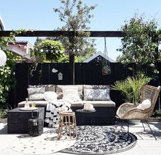 Why Teak Outdoor Garden Furniture? Outdoor Lounge, Outdoor Rooms, Outdoor Living, Outdoor Decor, Old Wood Doors, Backyard Beach, Green Facade, Outside Living, Outdoor Garden Furniture