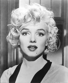 New glossy black and white photo of Marilyn Monroe in the movie Some Like It Hot . Photo is 8 x 10 . Classic Hollywood, Old Hollywood, Marilyn Monroe Kunst, Divas, Photos Rares, Greta, Marlene Dietrich, Celebrity Gallery, Norma Jeane