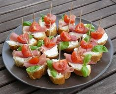 Tapas - Tomato and Parma ham slices - Katha cooks! Party Finger Foods, Snacks Für Party, Appetizers For Party, Appetizer Recipes, Tapas Party, Pizza Recipes, Clean Eating Snacks, Healthy Snacks, Healthy Recipes