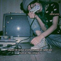 Pin tillagd av ҡօҡօ på \\a p p a r e l\\ grunge photography, aesthetic grun Soft Grunge, 90s Grunge, Grunge Style, Grunge Hair, Aesthetic Grunge, Aesthetic Vintage, Aesthetic Girl, Aesthetic Pastel, Retro Videos