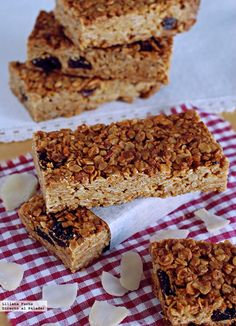 Crispy toasts of pork and crottin de Chavignol - Healthy Food Mom Healthy Granola Bars, Homemade Granola Bars, Healthy Cereal, Healthy Cake, Healthy Desserts, Healthy Recipes, Gourmet Recipes, Sweet Recipes, Snack Recipes