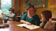 Plusieurs enfants de l'Abitibi-Témiscamingue seront scolarisés à la maison cette année. Un mode de vie pour plusieurs parents, qui permet de passer plus de temps avec leurs enfants. Environ 2000 enfants reçoivent de type d'éducation dans la province, ce qui pousse le ministère de l'Éducation à vouloir encadrer la pratique dans son projet de loi 144 qui garantit l'accès à l'école.