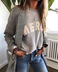 🖤 Le style casual-chic, c'est quoi ? Comment créer des tenues causal-chic super stylées ? Tous les conseils et idées de tenues sont dans cet article ! #CasualChic #TenueStylée #TenueFemme40ans #BlazerPiedDePoule #SweatShirtGris #SweatShirtMessage #Jean
