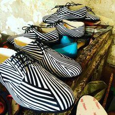 B E A U T I F U L  C H A O S  det gør godt i øjne og skohjerte! #skomager Sheikhs #værksted 👀💛👟 -->smukke #striber på vej til #popupshop --> #copenhagen (se event på FB - link i bio)  #shoemaker #workshop #dakar  #beautifulmess #stripes #shoes  #madebyhandsnotmachines  #waxprint #africanfabric  #happyeyes