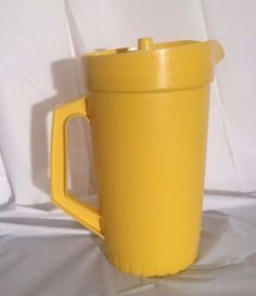 Tupperware-Yellow-Vintage-Pitcher-800-7-Push-Button-Seal-2-Qt-Container-USA