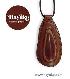"""Colgante realizado con """"piedra"""" de cuero engarzada. Pendant made with """"stone"""" of leather.  https://www.etsy.com/es/shop/HayukoCueroyPapel www.hayuko.com  https://www.facebook.com/hayukocueroypapel  https://www.instagram.com/hayukocrafts/ https://www.pinterest.com/infohayuko http://issuu.com/hayukocueropapel"""