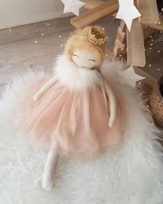 This little MISTOUFLETTE will be found on December 9 and 10 at Do not forget to play the sublime calendar forward at to try to win a bichette and six other wonderful gifts! Sock Dolls, Felt Dolls, Plush Dolls, Diy Toys Doll, Doll Crafts, Dolly Doll, Boutique Deco, Sewing Dolls, Doll Maker