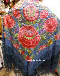 Mantón de Manila.                                                                                                                                                                                 Más Patron Vintage, Chapel Veil, Flamenco Dancers, Silk Shawl, China Fashion, Fashion Details, Casual Chic, Vintage Fashion, Textiles