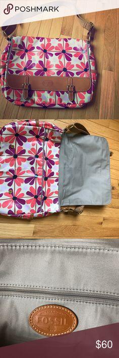 Selling this FOSSIL messenger bag! on Poshmark! My username is: emilyx325. #shopmycloset #poshmark #fashion #shopping #style #forsale #Fossil #Handbags