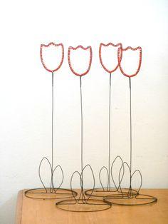 Tulipán Tulipán je vyrobenze žíhaného drátu, který je dozdoben skleněnými korálky. Délka celého květenství je 33 cm. Dekorace hezky vypadá na okně, korálky se při světle rozzáří. Cena za kus. Drát je ošetřen proti korozi, ve velmi vlhkém prostředí může chytit patinu rzi.