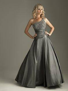Abiball Kleider - Die graue Farbe passt hervorragend zu dem silberfarbenen Bustier