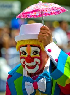 In the mood to dance with a clown. If you're a clown and live in the area, contact me. Gruseliger Clown, Es Der Clown, Clown Faces, Circus Clown, Creepy Clown, Bozo The Clown, Halloween Circus, Circus Acts, Halloween Costumes