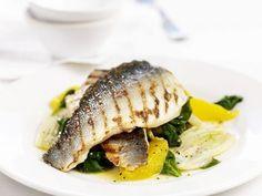 Seebarsch vom Grill mit Spinat und Orange ist ein Rezept mit frischen Zutaten aus der Kategorie Blattgemüse. Probieren Sie dieses und weitere Rezepte von EAT SMARTER!