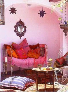 colores rosa y rojo para la decoración étnica con accesorios de decoración marroquí