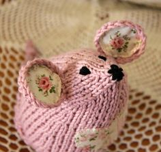 Knitted mouse... I love the fabric ears!